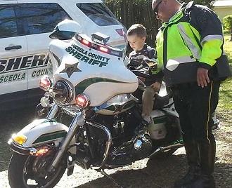 Subido en la moto del Sheriff